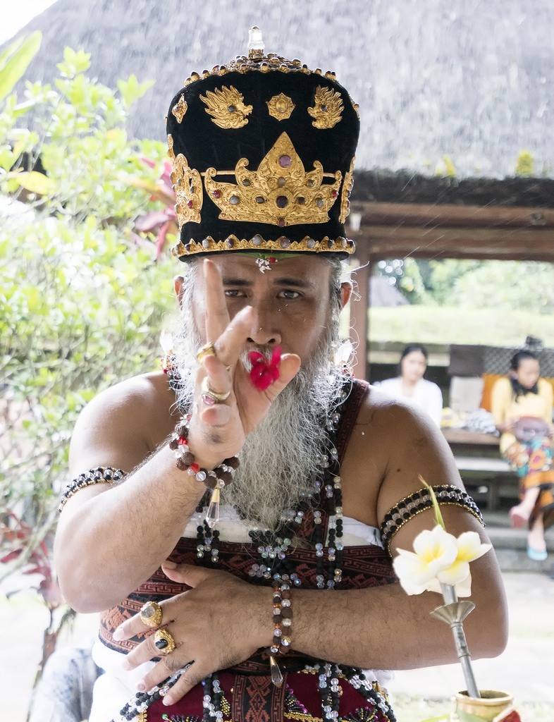 священники Бали